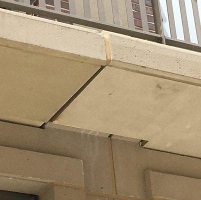 Twee betonnen galerijplaten netjes op elkaar laten aansluiten valt niet mee. Gelukkig kan kit veel overbruggen. Dat geldt in de aansluiting van twee rechte platen, maar zeker in de aansluiting van een gebogen plaat op een rechte plaat.