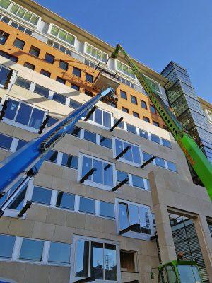 Montage van een hangend prefab balkon