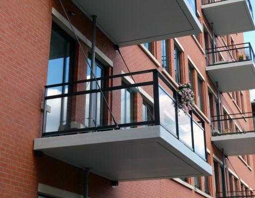 Doordat de trekstangen op ongeveer twee derde van de balkondiepte boven op het balkon aangrijpen, vallen ze minder op