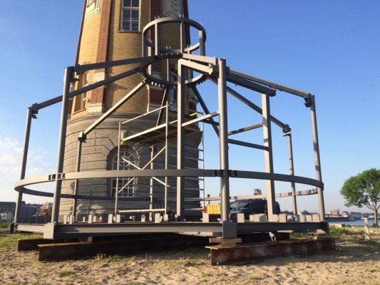 De gehele staalconstructie vormt een soort stijve kooi, die de stabiliteit tijdens de eindsituatie, maar vooral ook tijdens het transport, verzekert