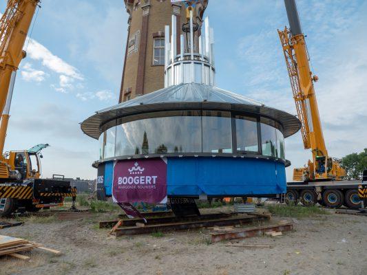 De kroon is klaar voor transport. Onder het glas is een geïsoleerde borstwering van houtskeletbouw getimmerd, die exact binnen de schacht van de watertoren valt.