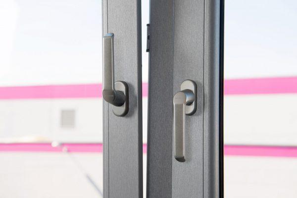 Bij pvc-raamprofielen beschermen Plexiglas-folies de ondergrond en het opgedrukte decor duurzaam tegen uv-straling. Copyright: © Acrylic Products, Evonik Performance Materials GmbH