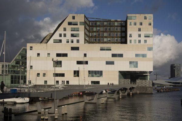 Het Paleis van Justitie aan de oostzijde van het IJdock. In het midden is ook de 'groene gevel' te zien rond het binnenplein.