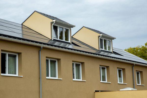 Ook de dakopbouwen zijn voorzien van een nieuw dak van hoogwaardig geïsoleerde sandwichpanelen