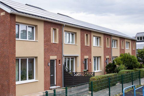 Kingspan Geïsoleerde Panelen heeft specifieke details ontwikkeld voor de woningbouw. Zoals voor de aansluiting van stalen sandwichpanelen op de gevel