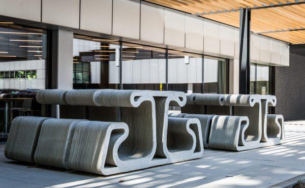 Witteveen+Bos deed ervaring op met het printen van betonnen picknicktafels voor eigen gebruik.