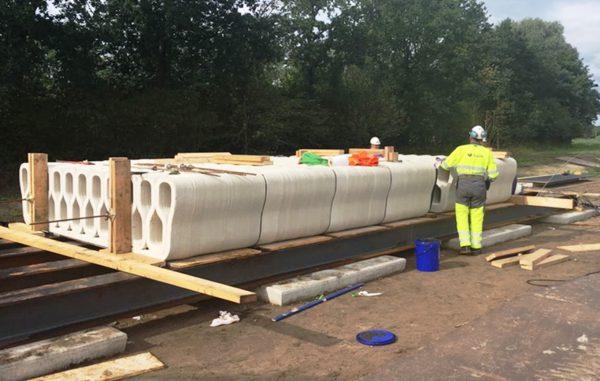De fietsbrug in Gemert: zes geprinte betonelementen die met voorspankabels tussen twee zware betonnen ankerblokken zijn bevestigd.