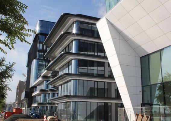 Drie gebouwen vormen de PVH-campus; in het midden het gebouw Danzigerkade 125 met de opvallende luifels.