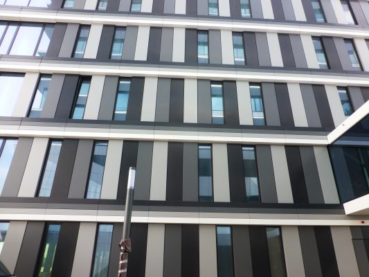 De zijgevels zijn 'aangekleed' met dichte panelen en verticale glasstroken.