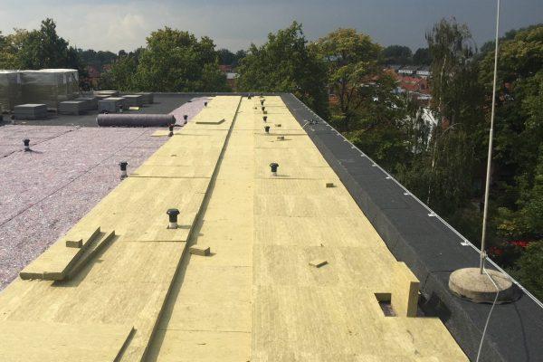 De aanleg van de SpongeTop-platen op het dak van de Dalton school in Voorburg.
