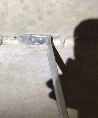 Slagpluggen horen op afstand van de kelknaad van kanaalplaatvloeren te zitten