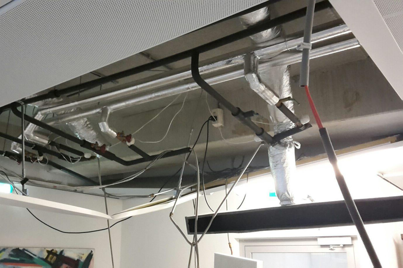 delen plafonds terecht op bureaus Inspectie verlaagde plafonds door Nieman