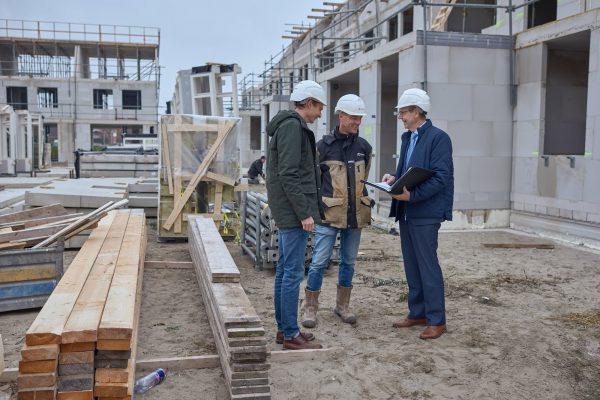 Stefan Spruit (links) uitvoerder Sjoerd Vreugdenhil en Hans Bouman. Foto: Marcel Bakker