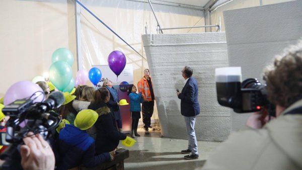 Kinderen van basisschool De Zaaier vulden een tijdcapsule met dromen, die in de holle ruimte van de muur is geplaatst.