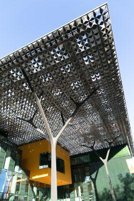 Het unieke aluminium bladerdak loopt door tot in de luifel boven het entreeplein