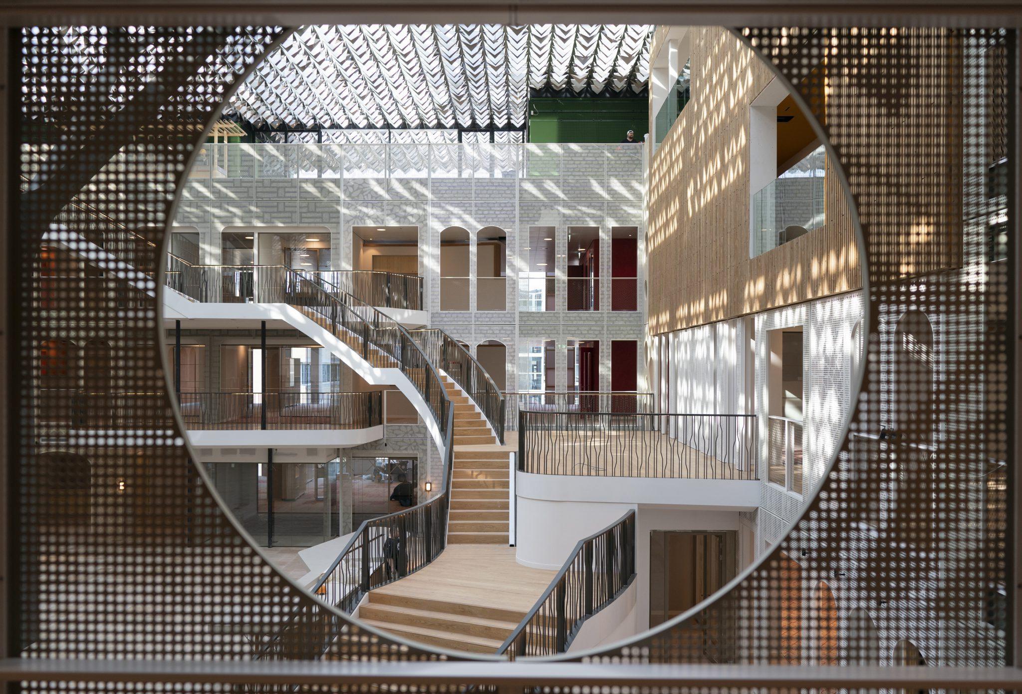 Geperforeerde atriumwanden Duurzame uitbreiding kantoor Goede Doelen Loterij met symbolisch bladerdak