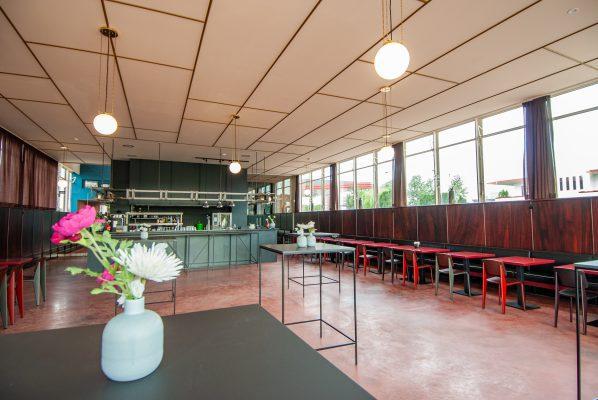 In de foyer staan Standard stoelen uit 1934 van Jean Prouvé, opnieuw uitgebracht bij Vitra.