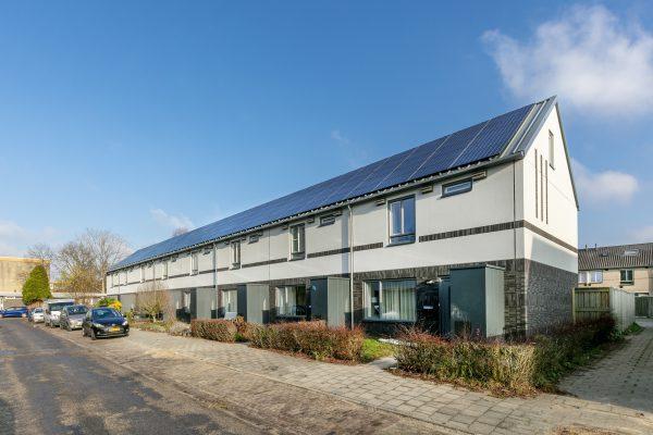 Met gevelstucwerk en sandwichpanelen op het dak krijgen de woningen een hedendaagse uitstraling