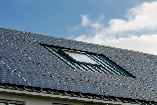 Beide dakvlakken zijn benut voor PV-panelen, met behoud van een dakraam