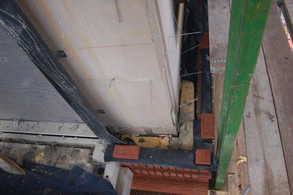 Voorbeeld van een valse luchtspouw door staal en stelblokken tegen de vloerconstructie.