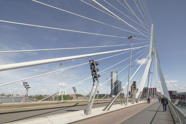 De Rotterdamse Erasmusbrug was de doorbraak van architect Ben van Berkel en is, vooral in Aziatische landen, inmiddels uitgegroeid tot een symbool van Nederland. (Foto: Ronald Tilleman)