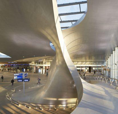 Met deze 'OV-hub' realiseerde UNStudio in 2016 een ingrijpende metamorfose van het Arnhemse stationsgebied. (Foto: Hufton + Crow)