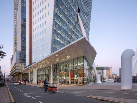 De nieuwe plintbebouwing van de KNP Toren in Rotterdam heeft een publieke aanjaagfunctie voor de Wilhelminapier.