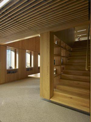 Onderdeel van de renovatie van de KPN Toren is de toevoeging van een 'bibliotheek' met trap op de tiende verdieping van de KPN Toren. Dankzij een staalconstructie die de krachten afdraagt naar de kern en de dragende achterwand van het gebouw, hangen de eiken trap en de kast van de bibliotheek in het gebouw.