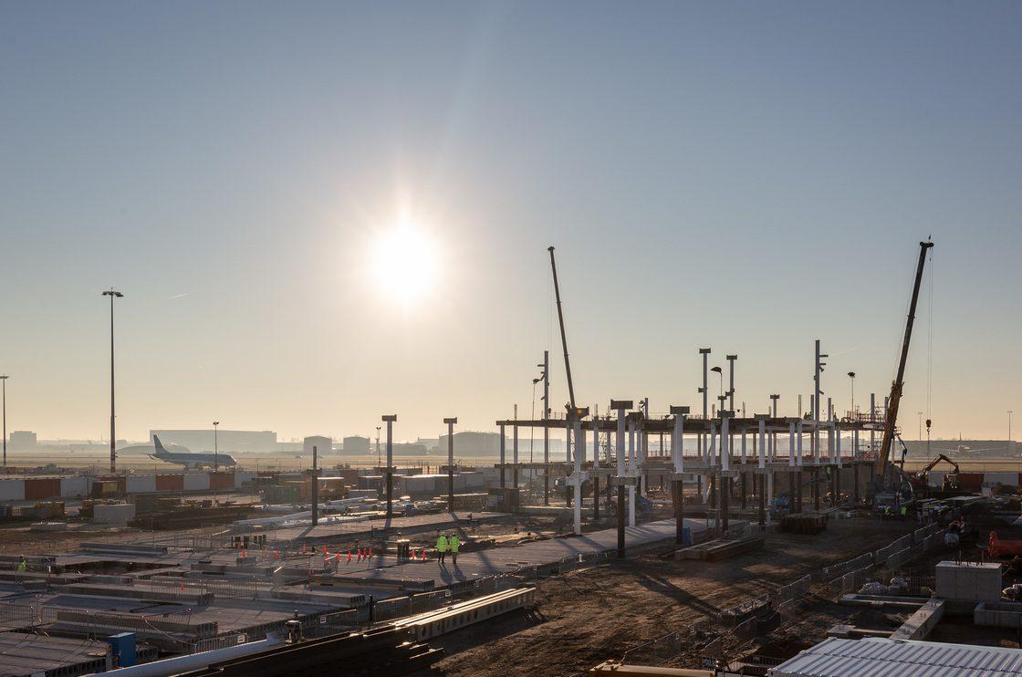Montage staalconstructie nieuwe pier Schiphol