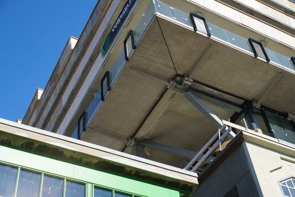 Op de koppen van het gebouw is de staalconstructie met uitkragende schoren een prominent onderdeel van de architectuur.