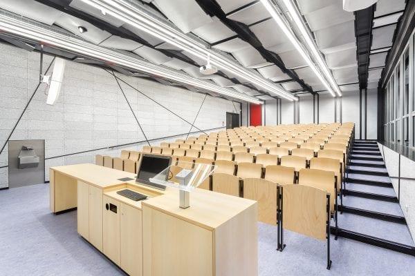 De akoestiek in dit auditorium is optimaal met een hele wand van Glasio-panelen.