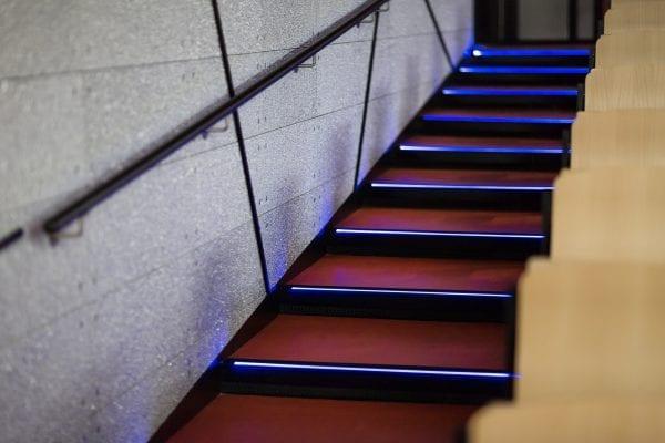 De Glasio-panelen – hier overigens zichtbaar geschroefd - zijn ook toegepast langs de trap van het auditorium.