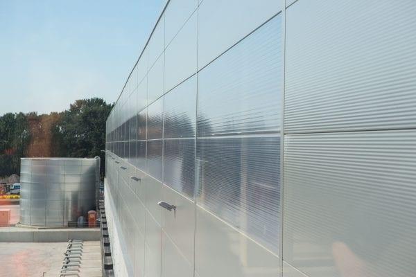 Doordat de Day-Lite Panelen dezelfde detaillering hebben als de sandwichpanelen gaan ze zonder vertraging in dezelfde bouwstroom mee