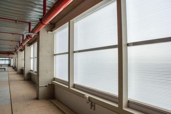 Doordat de panelen boven in de gevel zitten is de lichtopbrengst hoog