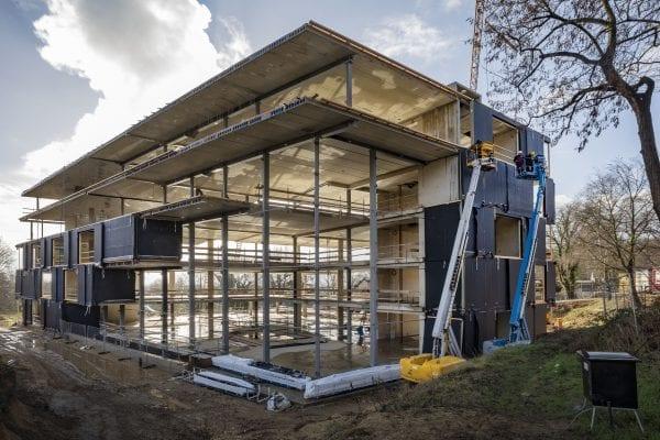Het trapsgewijs verlopende gebouw heeft een stalen draagconstructie met betonnen vloeren