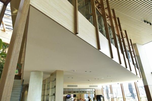 De volledig naadloze afwerking van de plafondtegels werd toegepast om hoogteverschillen in het plafond aan te brengen.