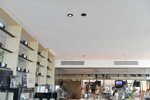 Het plafondsysteem kenmerkt zich door een strakke monolitische look met verfijnde gestructureerde afwerking.