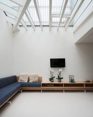 Het nieuwe ontwerp trekt de ruimte van de oorspronkelijke, mossige patio op de eerste verdieping bij de keuken waardoor een ruime woonkeuken van 47 vierkante meter ontstaat.