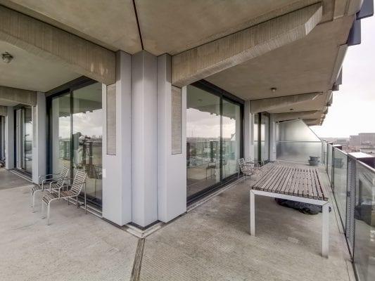 Tussen de betonschijven is een tweedelige hefschufpui geplaatst.
