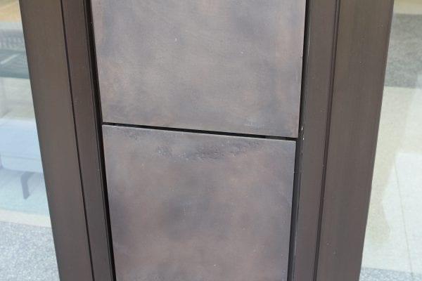 De bronzen panelen hebben imperfecties die elk paneel een eigen karakter geven. (Foto: Daniël van Capelleveen)