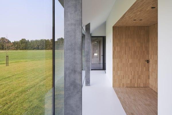 De schuurwoning heeft een stalen spantenconstructie, die binnen op zes punten zichtbaar is.