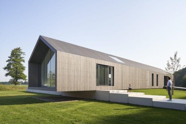 Het dak en de wanden bestaan uit geïsoleerde sandwichpanelen. De buitenkant is afgetimmerd met Platowood.