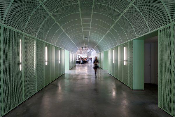 De tunnel van geperforeerde metaalplaten is een echte eyecatcher