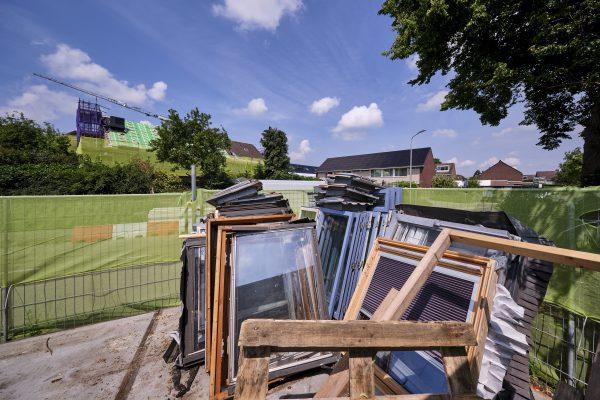Bij het project werden oude dakramen afgevoerd en gerecycled