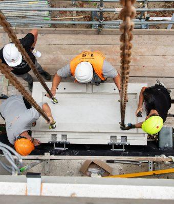 Bij de montage van de balkons schuiven de twee ankerdelen in elkaar. KlokGroep monteert vanaf de steiger, maar IQlick maakt het ook mogelijk om steigerloos te bouwen. (Foto: Herbert Wiggerman)