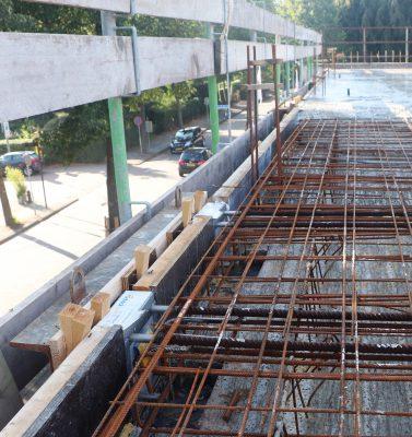 De ene helft van het anker is in de betonvloer ingestort. UNP-stelframes zorgen voor een exacte maatvoering