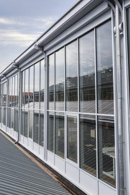 Bij Gare Maritime is de windvaste Renson Fixscreen buitendoekzonwering op twee 280 meter lange 'internal façades' geïnstalleerd. Daarbij gaat het in totaal om 1750 m² doek. Bij elke façade komen er vijf modules van telkens zes screens. (Foto's: Renson)