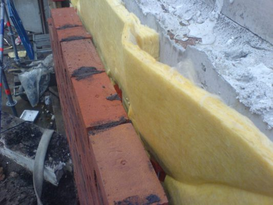 Dunne isolatie: Ter plaatse van de vloer is de kist gaan wijken waardoor de spouw nog maar enkele cm breed was. Dit is 'opgelost' door dunnere isolatie toe te passen i.p.v. het beton weg te kappen.