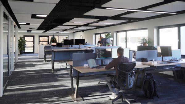 De gesloten kantoorcellen hebben plaatsgemaakt voor een open kantoortuin