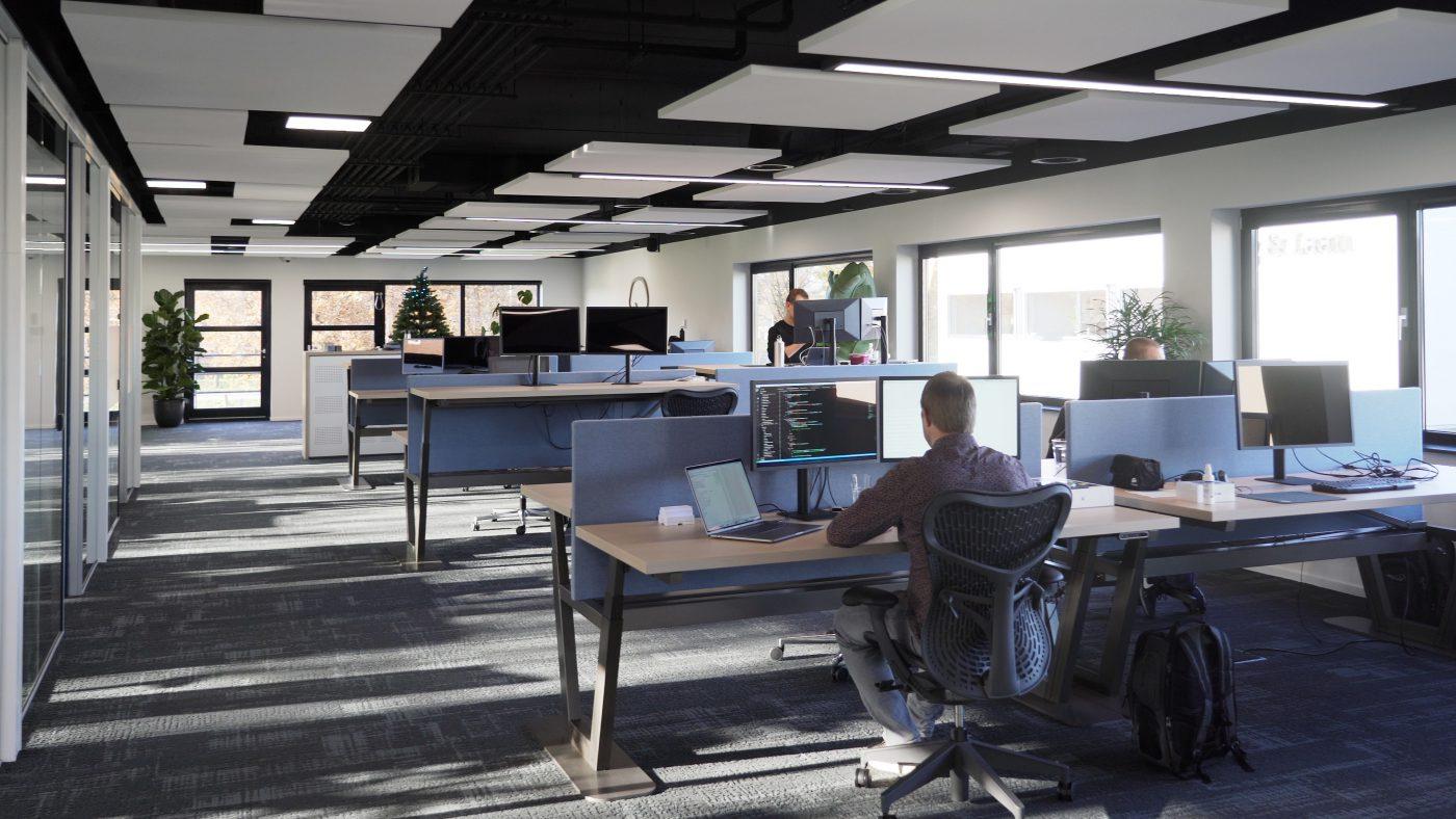 Plafondeilanden geven kantoor Digital Brain lucht